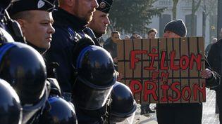 """Des anti-Fillon scandent """"Fillon en prison !"""", à Tourcoing (Nord), vendredi 17 février 2017. (PASCAL ROSSIGNOL / REUTERS)"""