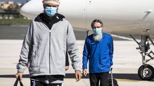 Les ex-otages italiens Nicola Chiacchio (à gauche) et Pier Luigi Maccalli (à droite), à leur arrivée à l'aéroport Ciampino de Rome, le 9 octobre 2020. (ANGELO CARCONI / AP / SIPA)