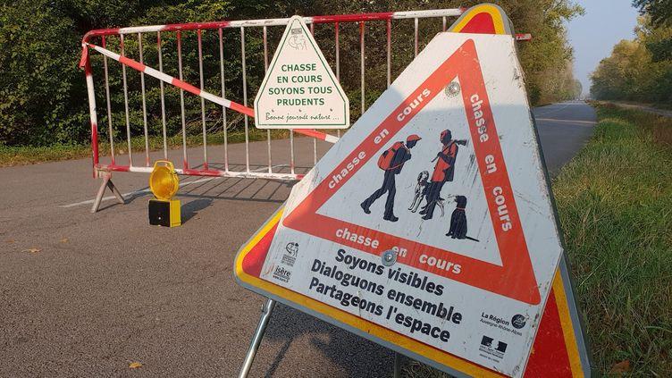 AuPéage-de-Roussillon, des panneaux ont été posés que une route alors qu'une chasse est en cours, le 20 octobre 2018. (HERVE COSTE / MAXPPP)
