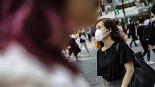 Une femme dans une rue de Tokyo au Japon le 3 juillet 2019. (METIN AKTAS / ANADOLU AGENCY via AFP)