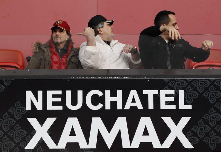 Le président du club de Neuchâtel Xamax, Bulat Chagaev (C), lors d'un match de son équipe contre le FC Bâle, le 11 décembre 2011. (MICHAEL BUHOLZER / REUTERS)