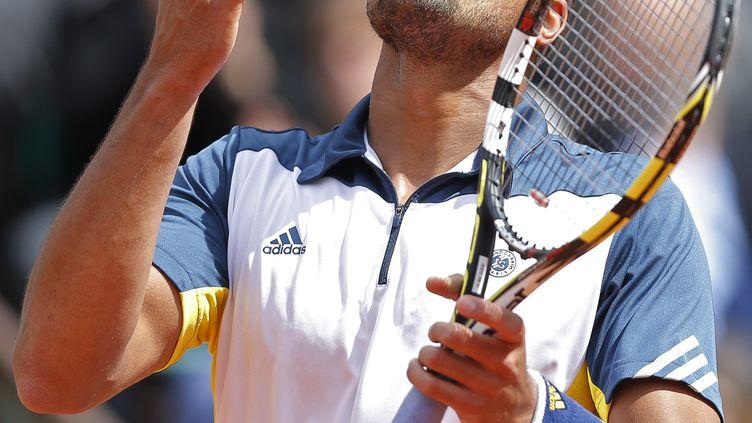 Jo-Wilfried Tsonga se félicite de sa victoire contre le Serbe Viktor Troicki, le 2 juin 2013, à Roland-Garros. (GONZALO FUENTES / REUTERS)