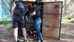 Les vestiaires (si, si!) de l'équipe grecque de lancer du marteau, le 3 avril 2012 à Athènes (Grèce). (THANASSIS STAVRAKIS / AP / SIPA / AP)