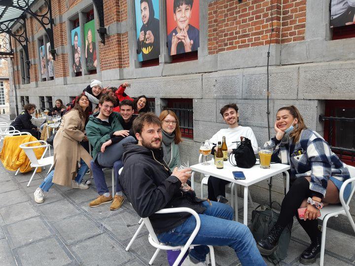 Romain et sa bande d'amis profitent de la réouverture des terrasses, samedi 8 mai 2021 à Bruxelles (Belgique). (JEROME JADOT / RADIO FRANCE)