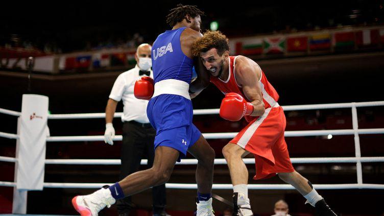 Sofiane Oumiha dans son combat l'opposant àKeyshawn Davisaux Jeux olympiques de Tokyo, le 31 juillet 2021. (UESLEI MARCELINO / POOL AFP)