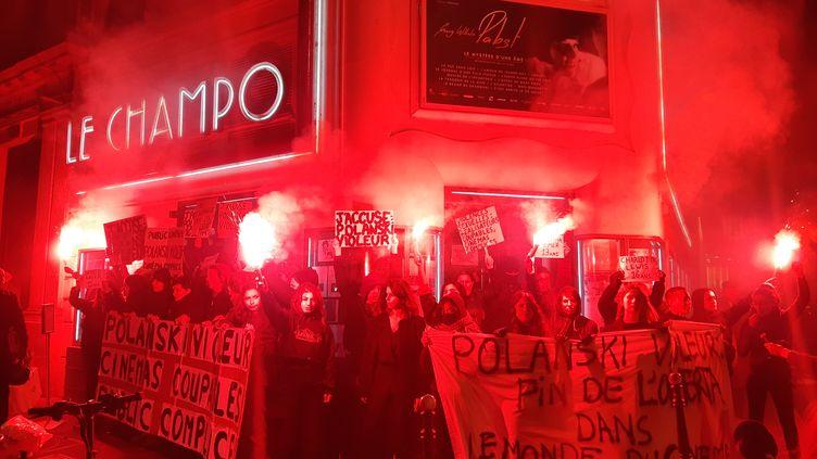 """Collectif de féministes devant le cinémaLe Champo, à Paris, le 12 novembre 2019. Elles protestent contre l'avant-première du film """"J'accuse"""" de Roman Polanski. (LAURENT MACCHIETTI / RADIO FRANCE)"""