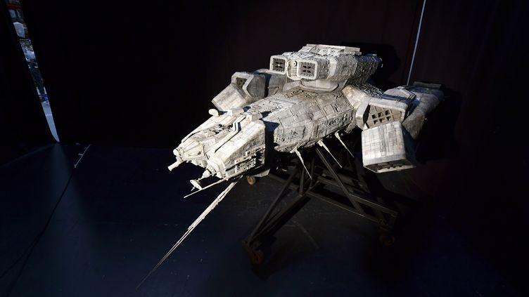 """La maquette du Nostromo, le vaisseau spatial du film de SF """"Alien"""" de Ridley Scott. Estimée entre 300.000 et 500.000 dollars, cette pièce longue de 3 mètres sera le clou de la vente de Prop Store fin août 2020 à Los Angeles. (FREDERIC J. BROWN / AFP)"""