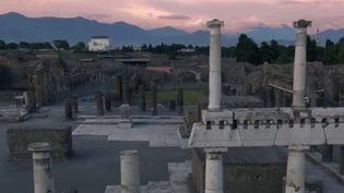 Les équipes de France 2 ont été autorisées exceptionnellement à entrer dans le site archéologique de Pompéi, en Italie, pour visiter, avant la réouverture au public, plusieurs maisons romaines. Des habitations ensevelies sous la lave du Vésuve en l'an 79. (france 2)