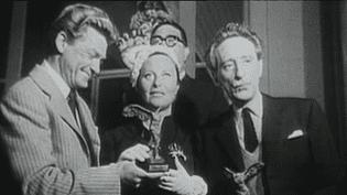 Michèle Morgan première comédienne récompensée à cannes en 1946. Entourée de Jean Marais et Jean Cocteau  (Capture d'écran archives)
