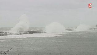 Les vagues sur les remparts du port de Wimereux (Pas-de-Calais), mardi 31 mars. (FRANCE 2 - BARBARA SIX, PATRICK WURTSHORN)