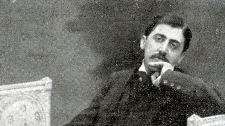 Marcel Proust se relaxant dans un sofa, vers 1900  (Mary Evans / Sipa)