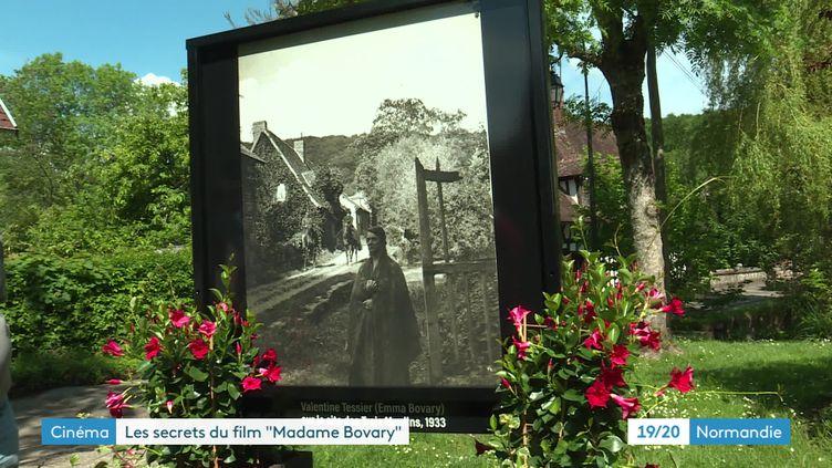 Des photos des tournages d'Emma Bovary exposées dans les rues de Lyons-la-Forêt (France 3 Normandie)