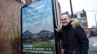 Le maire FN Steeve Briois pose à côté d'une affiche, le 30 janvier 2016 à Hénin-Beaumont (Pas-de-Calais). (FRANCOIS LO PRESTI / AFP)