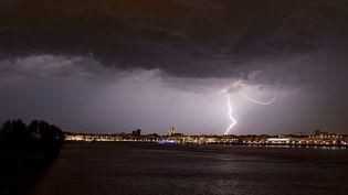Un orage frappe Bordeaux (Gironde), le 18 juin 2019. (NICOLAS TUCAT / AFP)