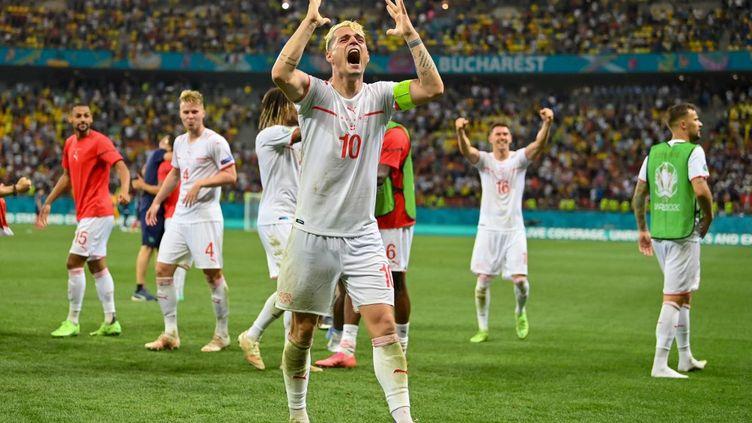 Le capitaine suisse Granit Xhaka exulte après la victoire de la Nati face à l'équipe de France (2-1), lundi 28 juin. (JUSTIN SETTERFIELD / POOL / AFP)