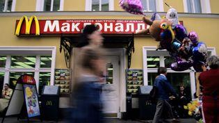 Des personnes passent devant un restaurant McDonald's de Moscou (Russie), le 13 juillet 2006. (VERDEIL MATTHIEU / AFP)