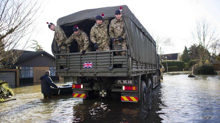 Le 1er régiment royal de fusiliers est envoyé à Wraysbury, dans le Surrey, pour lutter contre les inondations, le 11 février 2014. (SIPANY / SIPA )