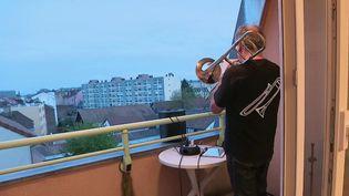 Depuis sa terrasse, Philippe joue du trombone tous les soirs à 20 heures pour remercier le personnel médical. Un concert rapidement devenu un moment de partage important dans son quartier de Belfort (Territoire-de-Belfort) (France 3)