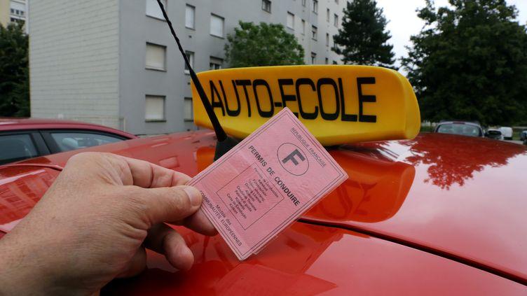 L'Union Nationale Intersyndicale des Enseignants de la Conduite (UNIDEC) dénonce le fait que les plateformes d'apprentissage de la conduite n'aient pasles mêmes charges que les auto-école traditionnelles. (JULIO PELAEZ / MAXPPP)