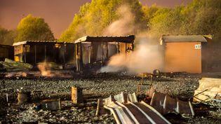 Des cabanes fument encore, après un incendie qui a ravagé une grande partie du camp de Grande-Synthe (Nord), le 11 avril 2017. (PHILIPPE HUGUEN / AFP)