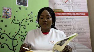 Toyin Lolu-Ogunmade, fondatrice de l'agence Precious Conceptions, aide les femmes dans les démarches liées à la gestation pour autrui depuis son bureau de Lagos, au Nigeria. (FLORIAN PLAUCHEUR / AFP)