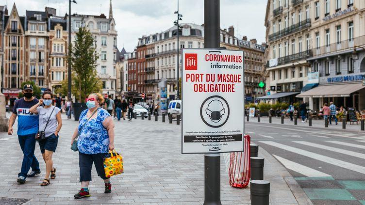 Des personnes portent un masque à Lille, le 3 août 2020. (MATHIEU MENARD / HANS LUCAS / AFP)