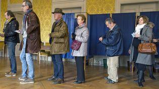 Des électeurs dans un bureau de vote du Puy-en-Velay (Haute-Loire), le 13 décembre 2015. (THIERRY ZOCCOLAN / AFP)