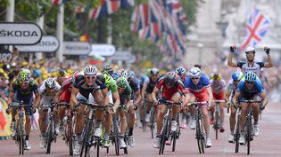 Les coureurs sprintent à l'arrivée de la troisième étape du Tour, le 7 juillet 2014, à Londres (Royaume-Uni). (DE WAELE TIM / TDWSPORT SARL)
