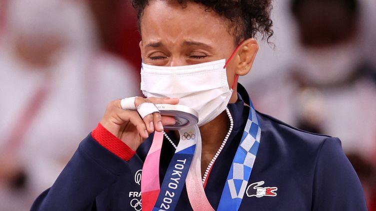 Amandine Buchard recoit sa médaille d'argent sur le podium des -52kg en judo dimanche 25 juillet. (JACK GUEZ / AFP)
