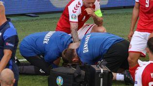 Les secours prennent en charge Christian Eriksen lors de Danemark-Finlande, le 12 juin (WOLFGANG RATTAY / POOL)
