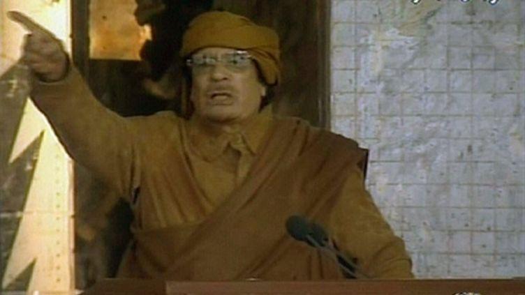 Le dirigeant libyen Mouammar Kadhafi, le 22 février, prononce un discours fleuve retransmis en direct à la télévision. (AFP PHOTO/LIBYAN TV)