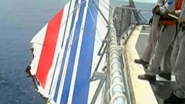 Les marins de l'armée brésilienne repêchaient la dérive de l'Airbus A330 AF 447 quelques jours après le crash (France 2)