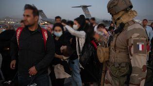 Des Afghans quittent Kaboul avec l'aide de militaires français avant d'atterir à Paris. (- / AFP)