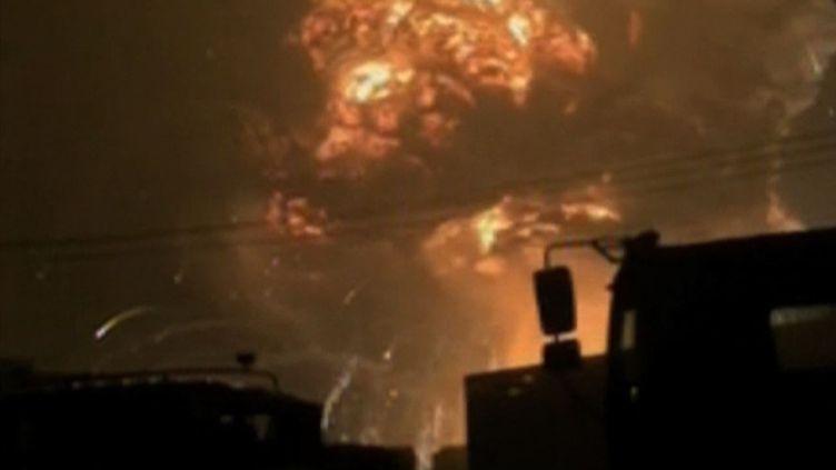 Capture d'écran de la chaîne chinoise CCTV, mercredi 12 août 2015, alors qu'une série d'explosions a violemment secoué la ville de Tianjin. (AFP / CCTV)