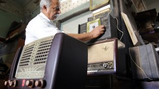 Vieux appareils de radio. (ALI AL-SAADI / AFP)