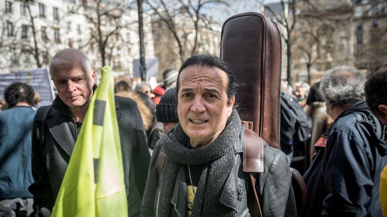 Le chanteur Francis Lalanne lors d'un rassemblement à Paris, le 27 mars 2021. (ARTHUR NICHOLAS ORCHARD / AFP)
