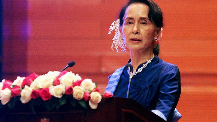 Aung San Suu Kyi durant un discours prononcé à l'occasion de la signature du cessez-le-feu entre le gouvernement et deux groupes ethniques armés, à Naypyidaw (Birmanie), le 13 février 2018. (THET AUNG / AFP)