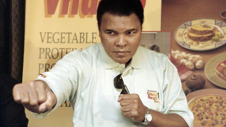 Mohamed Ali pose lors d'une conférence de presse, le 21 octobre 1996, à Jakarta (Indonésie). (JOHN MACDOUGALL / AFP)