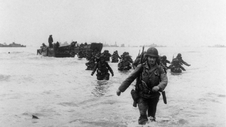 Ces renforts américains de la 4e division d'infanterie débarquent sur la côte normande, le 6 juin 1944. (STF / IMPERIAL WAR MUSEUM /AFP)