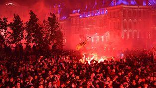 La Grand Place de Lille envahie par les supporters du LOSC pour célébrer le titre de champion de France de Ligue 1, le 23 mai 2021. (FRANCOIS LO PRESTI / AFP)