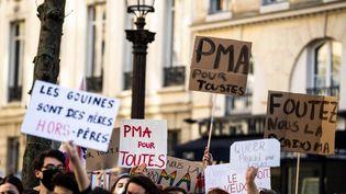 Des manifestants rassemblés devant l'Assemblée nationale, à Paris, pour réclamer l'ouverture de la procréation médicalement assistée à toutes les femmes sans discrimination, le 21 février 2021. (XOSE BOUZAS / HANS LUCAS / AFP)