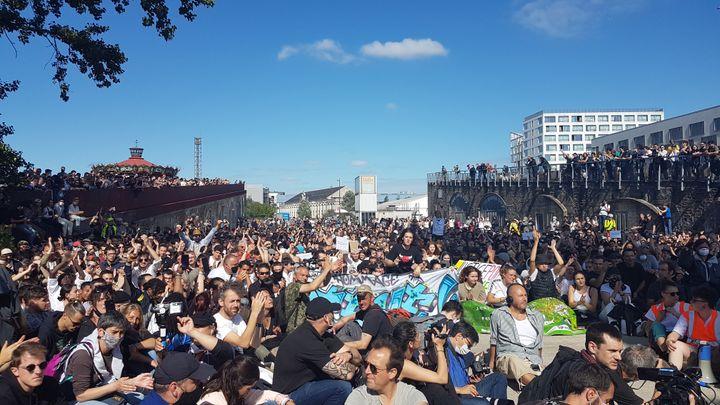 Le 21 juin 2020 à Nantes, la foule a observé une minute de silence au niveau de la grue Titan, non loin du lieu où a été découvert le corps de Steve Maia Caniço en 2019. (FABIEN MAGNENOU / FRANCEINFO)