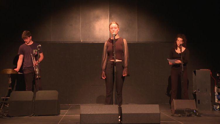 Jeanne Bonjour et ses musiciens répètent au 4 bis, à Rennes. (France 3 Bretagne)