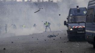 """Scènes de pillage et d'affrontements marquent la journée de mobilisation des """"gilets jaunes à Paris, samedi 16 mars. (GEOFFROY VAN DER HASSELT / AFP)"""