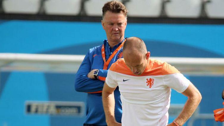 Le joueur néerlandais Arjen Robben sous les yeux de son sélectionneur Luis Van Gaal