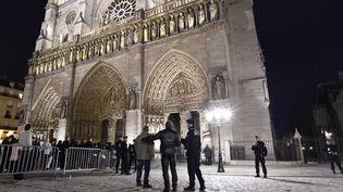 Des policiers surveillent les abords de la cathédrale Notre-Dame, à Paris, le 25 décembre 2015. (MIGUEL MEDINA / AFP)