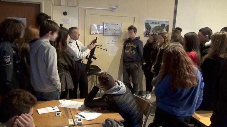 """Un officier de l'armée de l'air fait une démontration devant des jeunes lycéens covoqués pour leur journée """"défense et citoyenneté"""" (JDC) à la caserne Guynemer (illustration). (PHILIPPE DE POULPIQUET / MAXPPP)"""
