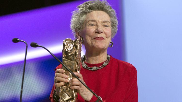 Emmanuelle Riva brandit son trophée de la meilleure actrice, le 22 février 2013 à Paris, lors de la 38e cérémonie des César. (CHARLES PLATIAU / REUTERS)