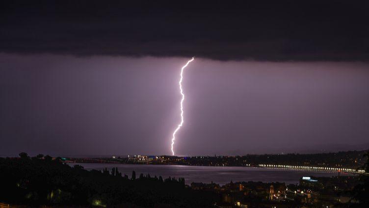 Un éclair tombe sur Nice (Alpes-Maritimes), le 8 juin 2021. (VALERY HACHE / AFP)
