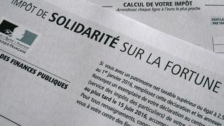 Une déclaration d'impôt de solidarité sur la fortune. (DAMIEN MEYER / AFP)